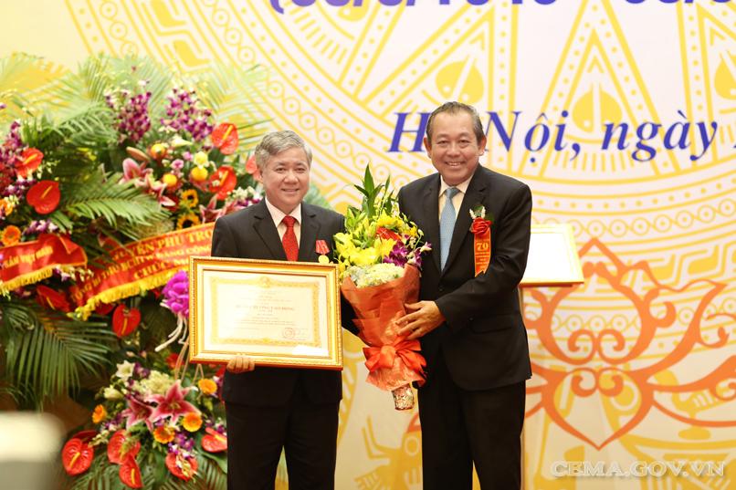 Đồng chí Trương Hòa Bình, Phó Thủ tướng Chính phủ trao Huân chương Lao động hạng Nhất cho đồng chí Đỗ Văn Chiến