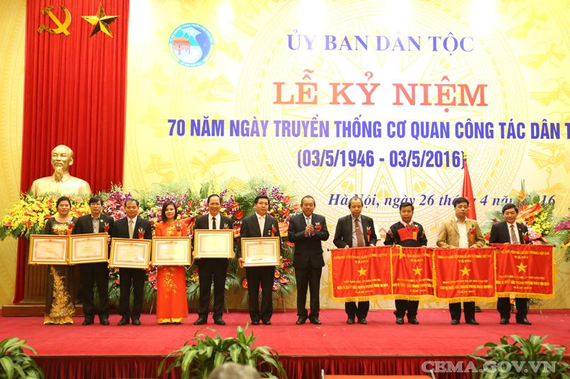 trao Cờ thi đua và Bằng khen của Thủ tướng Chính phủ cho các tập thể và cá nhân.