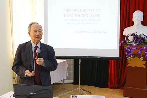 GS.TS khoa học Nguyễn Đức Ngữ giới thiệu Luật BVMT và các chuyên đề tại Hội nghị.