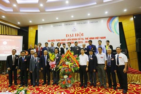 Thứ trưởng, Phó Chủ nhiệm UBDT Hoàng Xuân Lương nhận hoa chúc mừng tại Đại hội