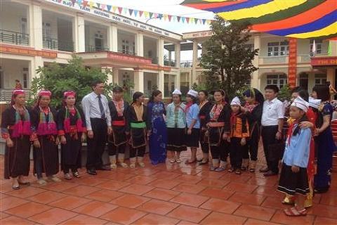 Các đại biểu trao đổi nhiệm vụ năm học mới với GV, HS và phụ huynh HS