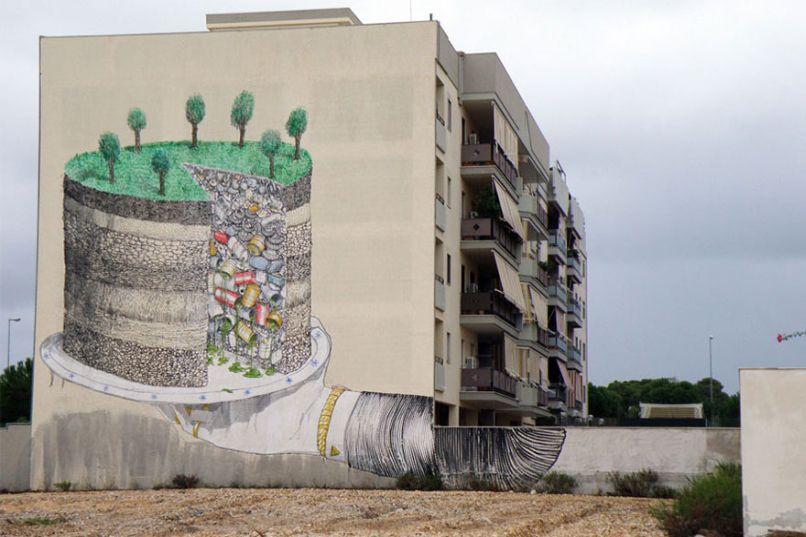 The Earth Pie Of Trash (Trái Đất là một chiếc bánh toàn rác) - Bức tranh được vẽ trên tường hông một tòa nhà chung cư, miêu tả việc trái đất bây giờ đã ngập tràn trong rác. Photo by Boredpanda.