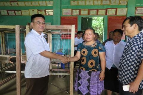 Đ/c Hà Ngọc Tuấn, Phó trưởng Ban Dân tộc tỉnh bàn giao Khung dệt cho các hộ gia đình 2 xã