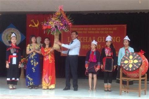 Đồng chí Lãnh Thế Vinh, Trưởng ban Dân tộc tỉnh trao tặng lẵng hoa cho nhà trường